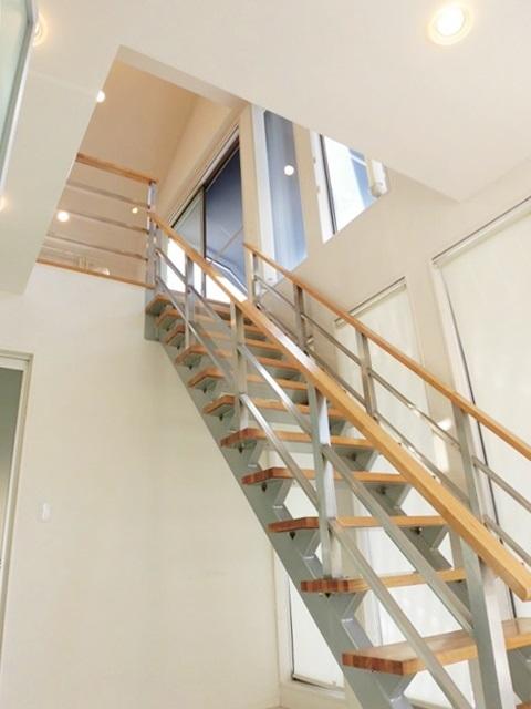 オシャレな階段になっています。一度、見てください!!