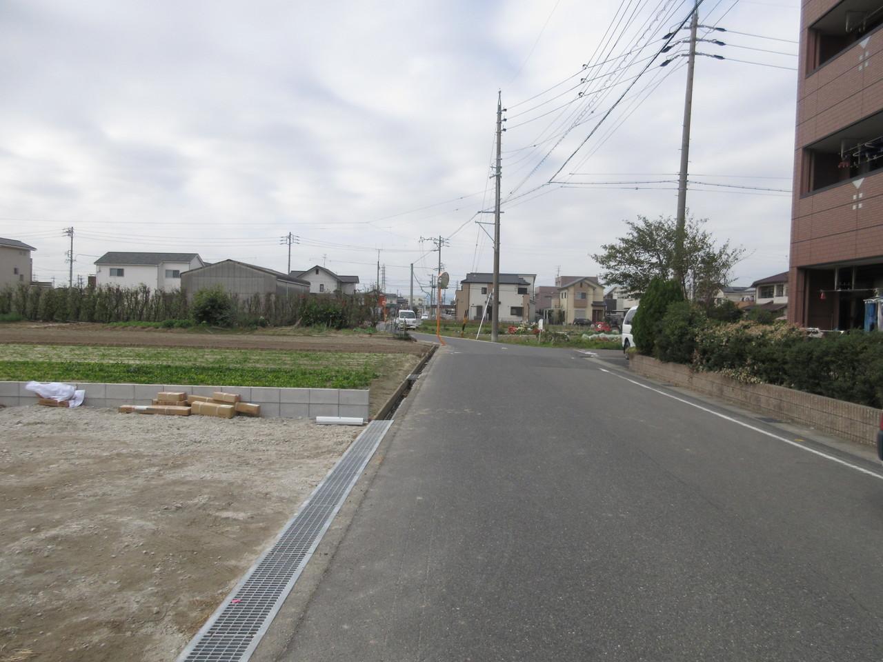 道路幅員が広めなので焦らず駐車できそうですね。