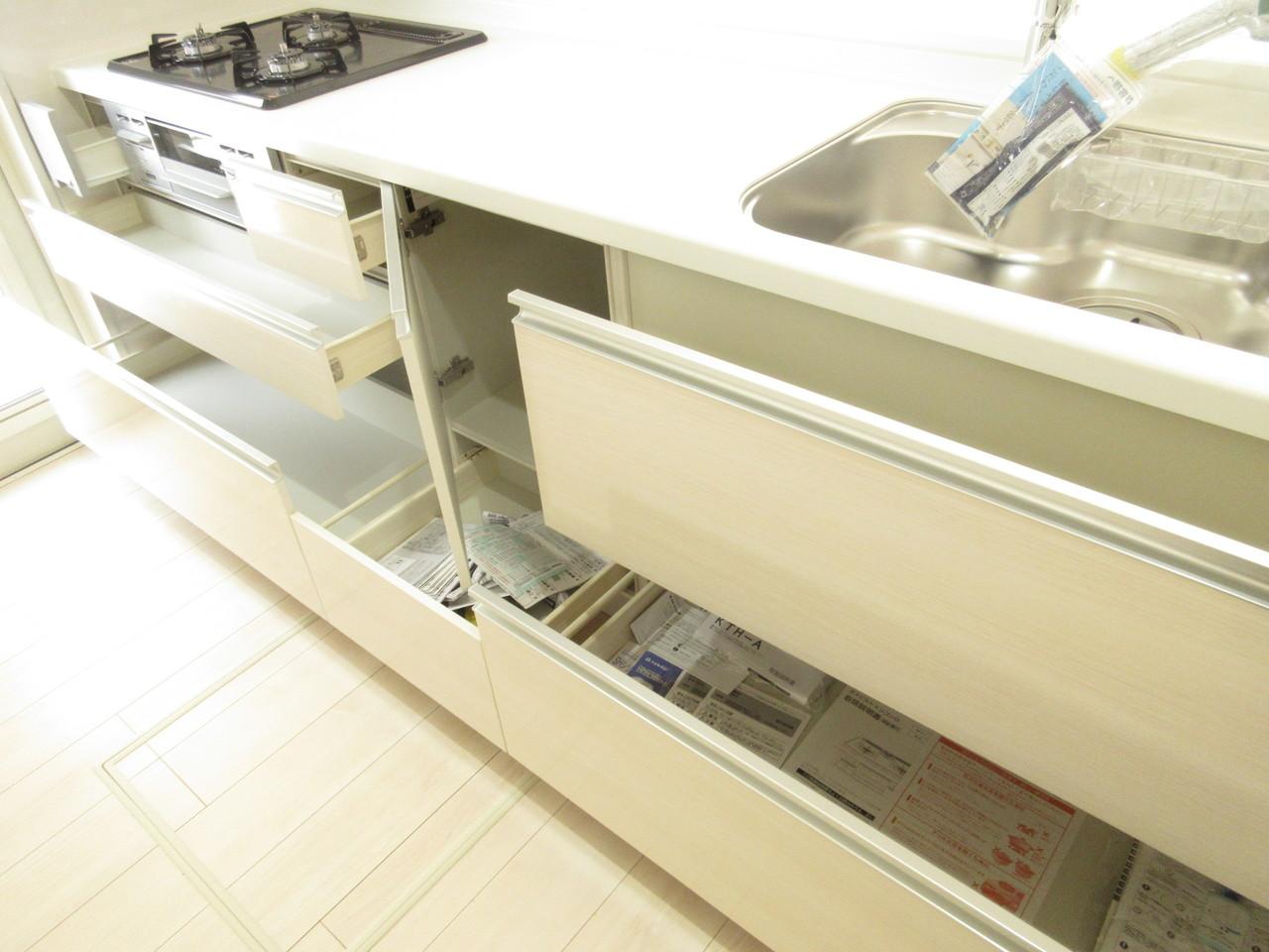 しっかりと収納力もある、スタイリッシュなデザインのシステムキッチンです。