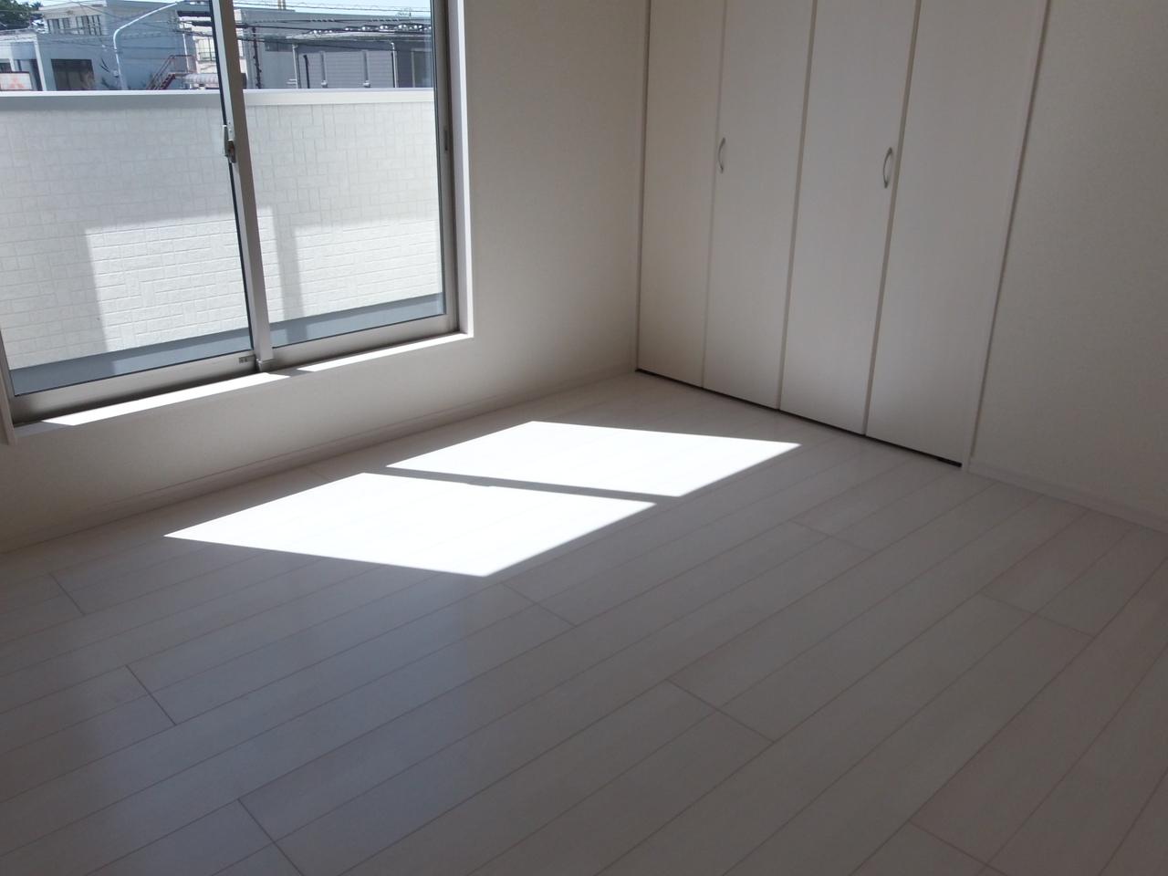 2階 7帖洋室 ルーフバルコニーに出入りができる日当たり良好な居室です