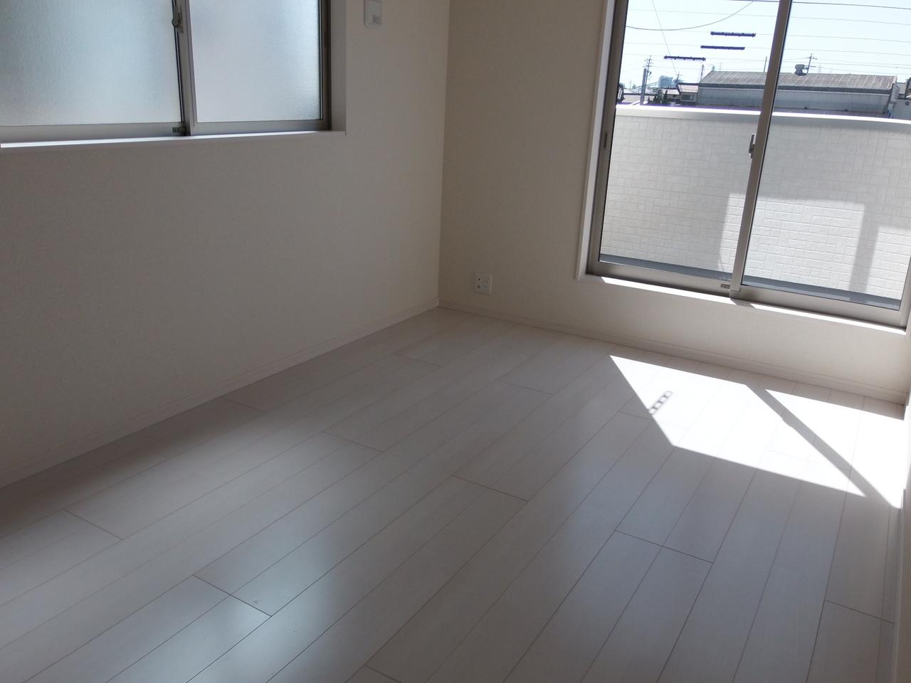 2階 7.5帖洋室 ルーフバルコニーに出入りができる居室です クローゼットが備わっています