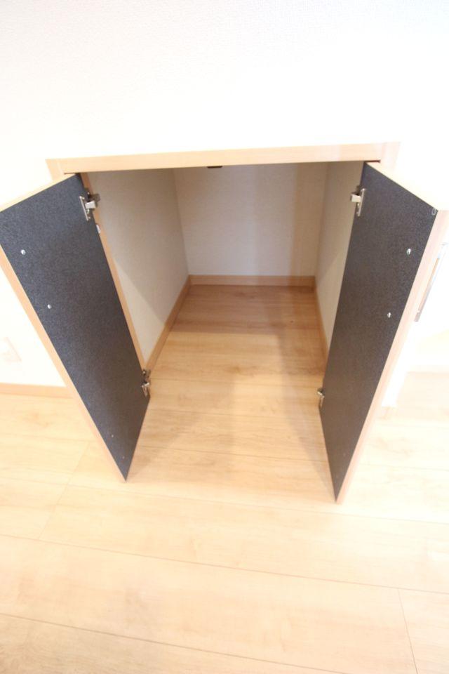 1階廊下にも収納を設置しました。 少しのスペースでも無駄にせず有効活用!! (同社施工例)