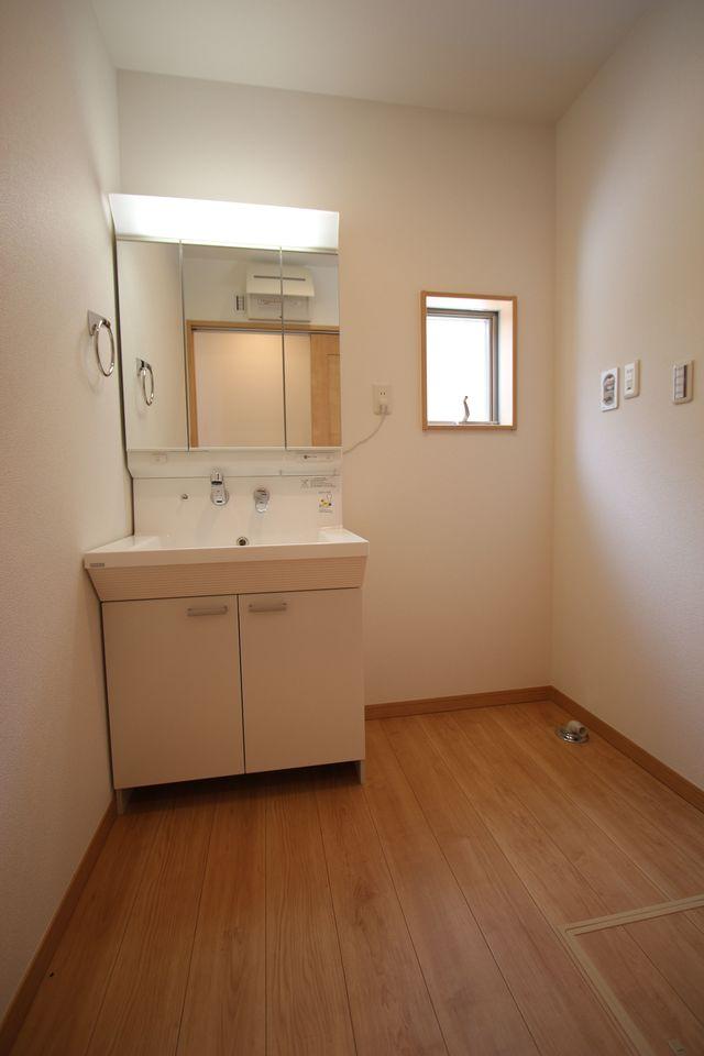 大型の洗濯機も無理なく設置できる広さを確保。 洗面台は便利なシャワー付きです。 (同社施工例)