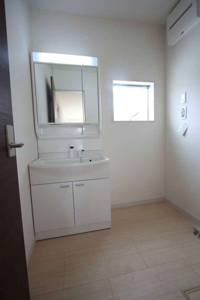 玄関収納は可動式の棚を採用。 お荷物に合わせて自由にレイアウトを 変更できます。 (同社施工例)