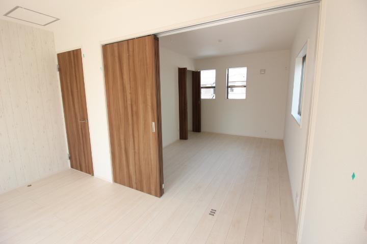 2階洋室2部屋を引戸で出入り可能! 夫婦の広い寝室としてもOK。 お子さんが生まれたら子供部屋としてわけて利用してもいいですね。