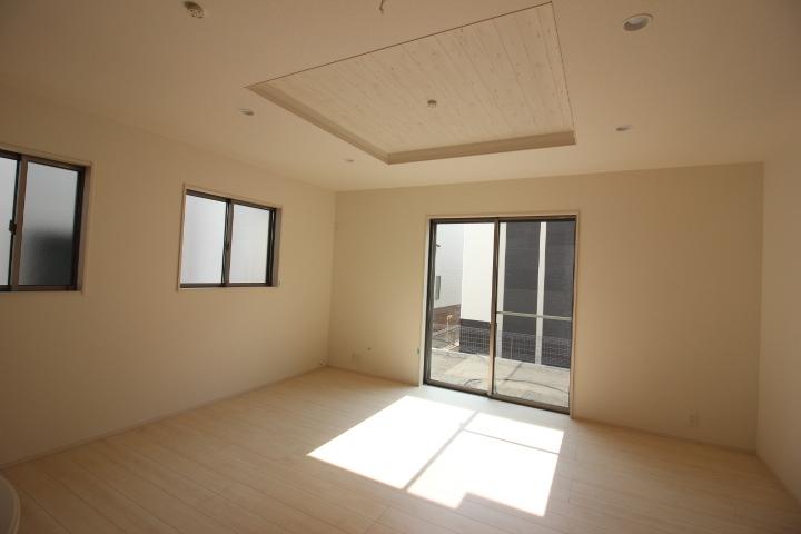 折上げ天井がオシャレ! 天井が高く見え、開放感が増します。