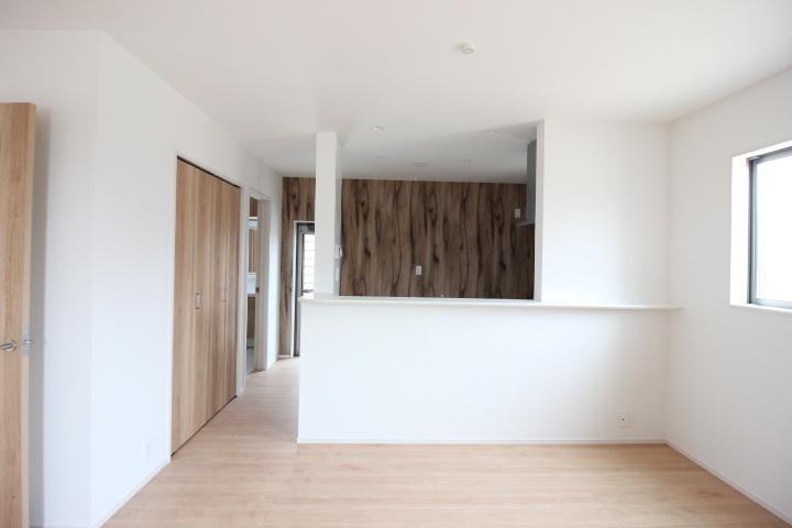 17帖のLDK♪ スタイリッシュな折上げ天井。冬も足元からポカポカ 床暖房付きです。