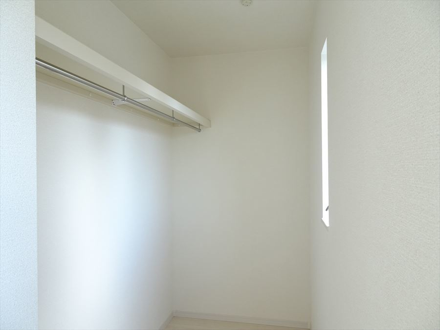 洋室7.8帖にはウォークインクローゼットがあり、小窓も付いているので採光・通風ともに良好ですね。