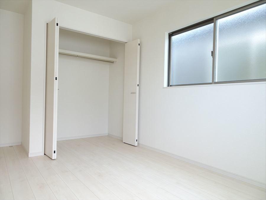 洋室6.5帖は北側ですが2面の大きめの窓から光が射し込み、爽やか室内になっています。