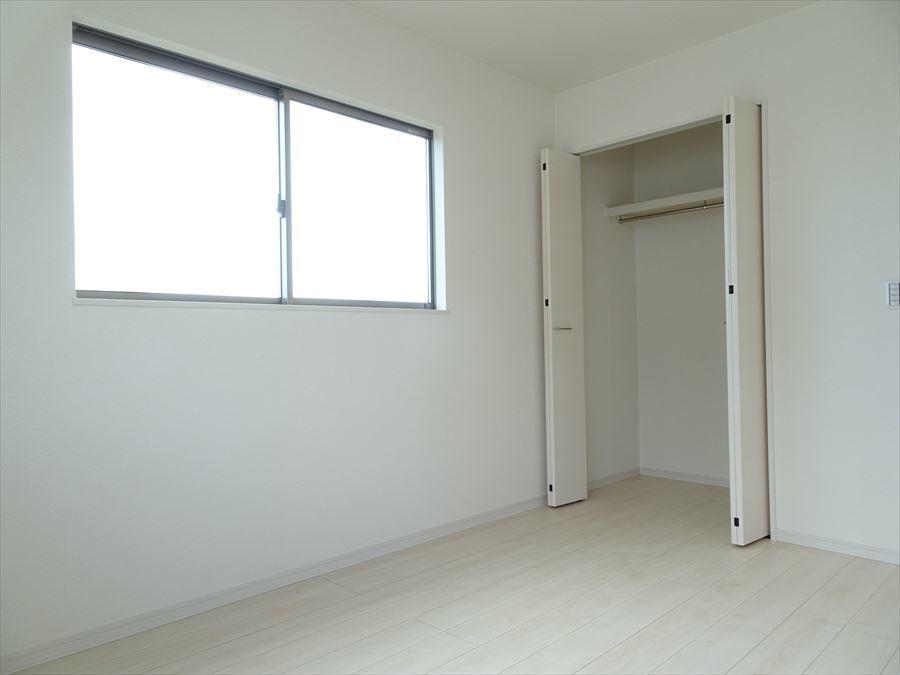 洋室6帖は2面採光で室内は明るく、収納も充実していてスッキリと片付き、快適に過ごせます。