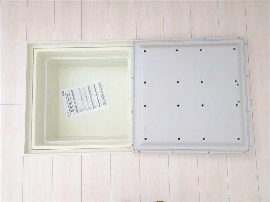 キッチンには床下収納があり、食品の在庫や備品を収納するのに便利ですね。