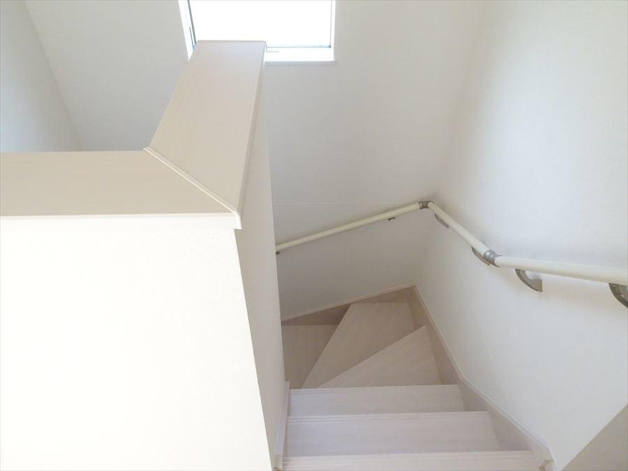 階段は小窓つきで明るく爽やかですね。
