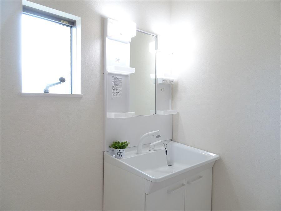 シャワー付洗面化粧台♪洗髪や手洗い洗濯に加え、洗面台のお掃除もしやすくとても便利です♪