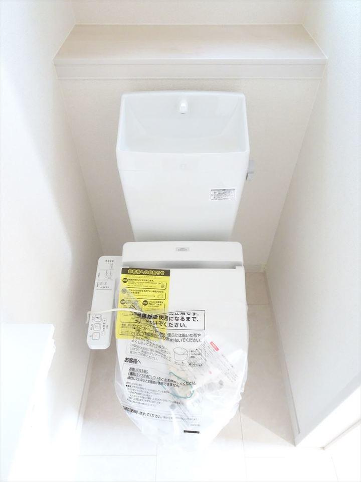 現代では必要不可欠な温水洗浄付トイレ♪冬場の冷たい便座を暖める暖房便座機能は、日本の誇れる技術です♪