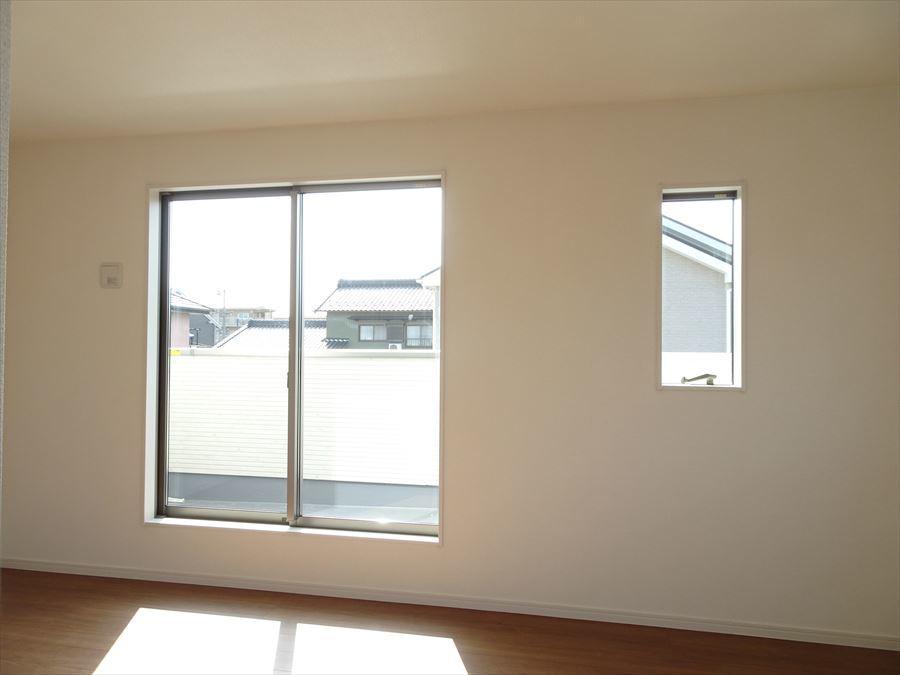8.25帖の洋室です。南側に面した明るい居室。主寝室にピッタリです。