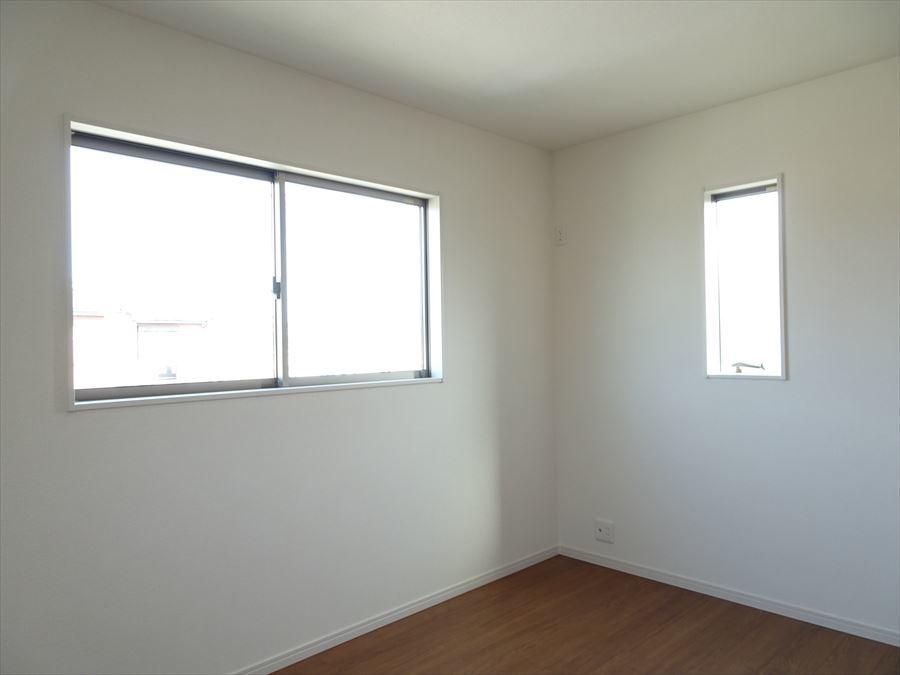 6.5帖洋室です。北側にあるお部屋ですが2面採光なので明るさ確保されています。