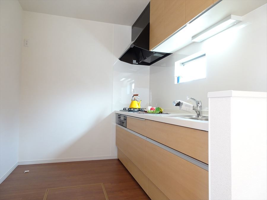 独立型のキッチンは吊戸棚があるので収納力があります。 コンロは3口のガスコンロ、水栓には浄水器がついています。