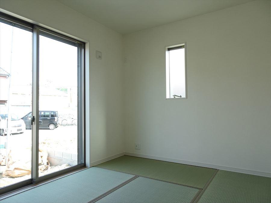 北側にある和室です。来客時には玄関から直接お通し出来る間取りです。。