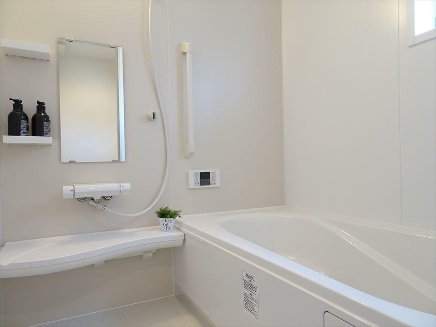 浴室暖房乾燥機付きなので、雨の日の洗濯物の乾燥や寒い日の暖房に活用出来ます!