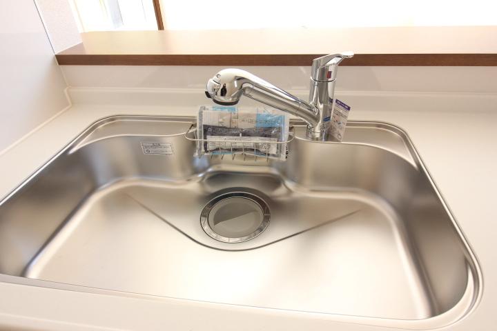 大きなお鍋も洗いやすい ワイドサイズのシンク 水の音を抑える静音タイプです。