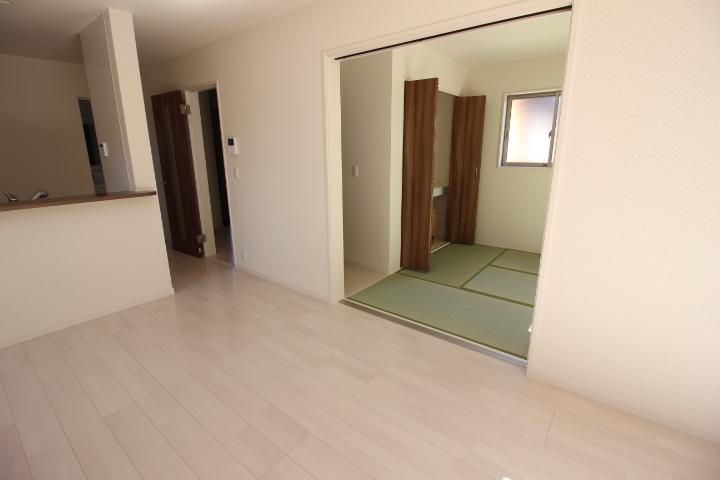 隣接する和室は、リビングからも廊下からも出入り可能な2wayタイプ。 リビングを通らなくてもいいので客間として利用も出来ますね。