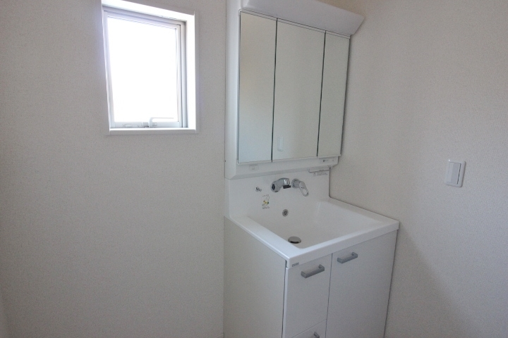 洗髪もできるシャンプードレッサー。洗面所内には洗濯機置場もあります。