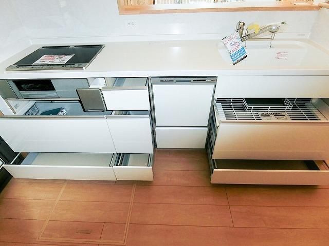 キッチンの収納 大容量の物も入る大きな収納です。