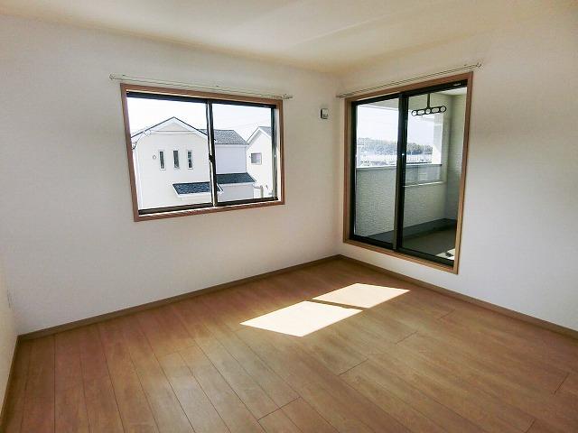 各居室はフラットで、お掃除が楽になるドアストッパーを採用してます。