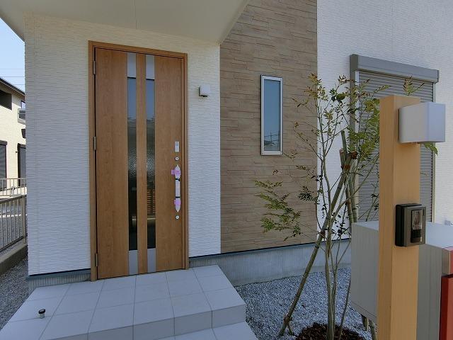 システムキー対応の玄関ドアは両手がふさがっている時でも自動で鍵の開け閉めが出来ます。