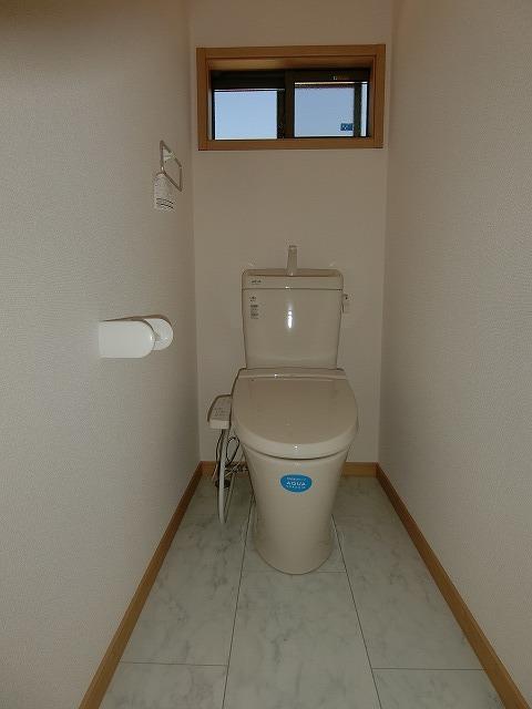 2階のトイレは騒音カットタイプで深夜の使用も安心です。