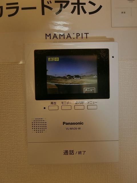 リビングダイニングから来訪者を確認できるモニター付きインターホンはカラー表示です。