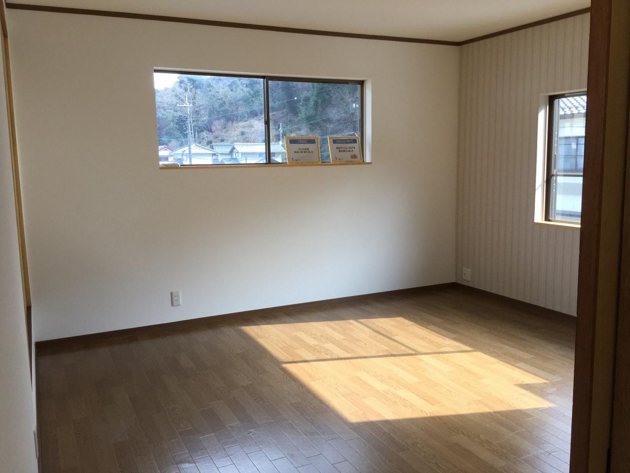 2階8帖の洋室は収納が2つあります。元々は和室でした。