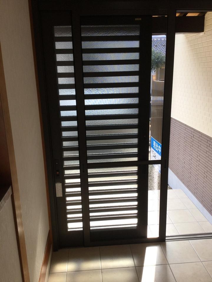 網戸付の玄関扉です。 自然の風を取り入れたい時に助かりますね