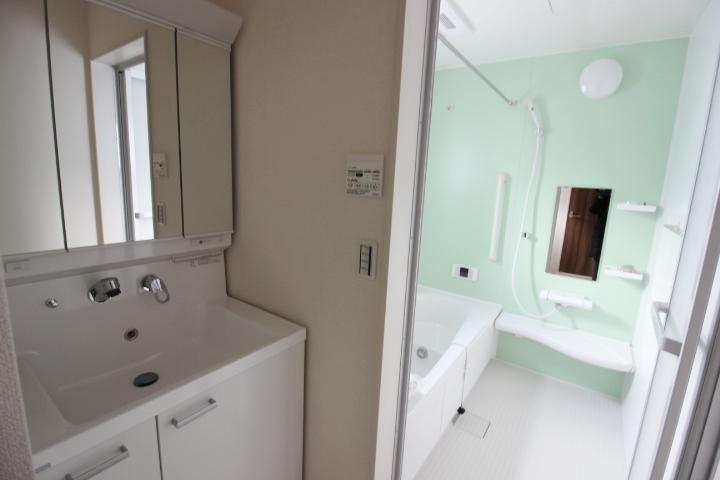 リフレッシュタイムにピッタリの明るい浴室。先進の機能が充実したシステムバスルーム
