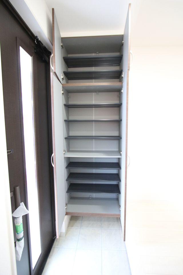 玄関には大容量のシューズボックスを設置しました。 30足程入りますので、散らかりがちな場所の整理に大活躍です