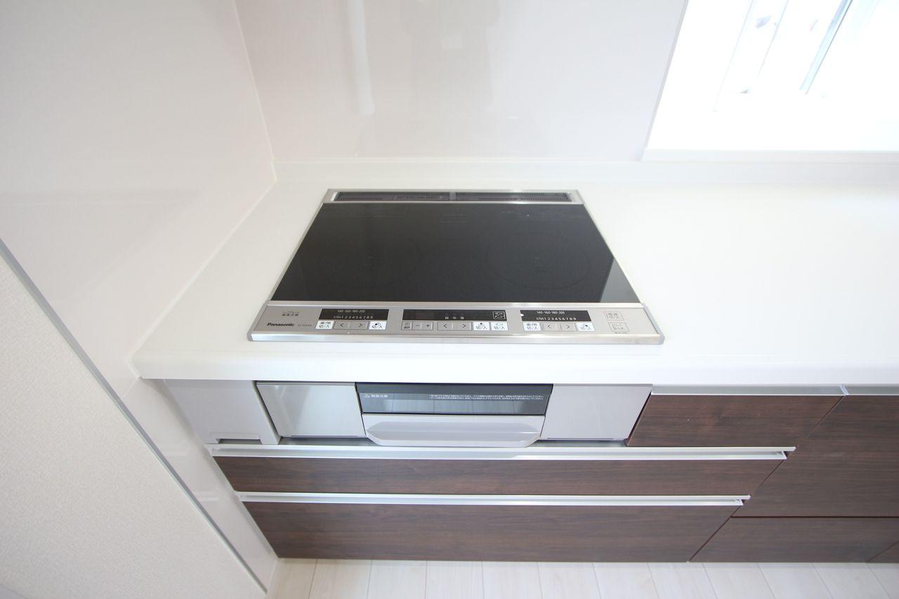 お子様やお年寄りでも安心なIHクッキングヒーターを採用しました。 ご家族並んで調理ができる大きなシステムキッチンです。