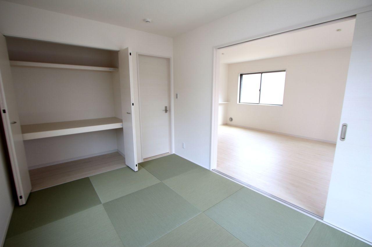 リビングに続く和室は大変開放的です。 押入れがあり、寝室や客間として大変便利にご利用頂けます。