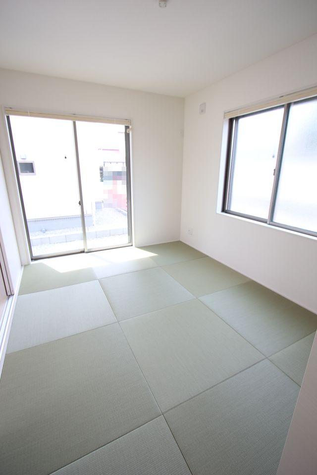 琉球畳を敷き、お洒落な印象に仕上がりました。 南向き、2面採光の明るいお部屋です。