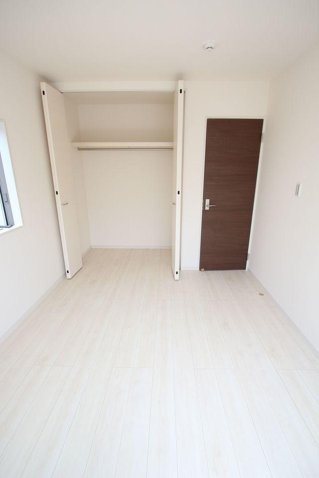 2階洋室には全てクローゼットを設置しております。 沢山の衣類や小物もすっきり整理できますね。