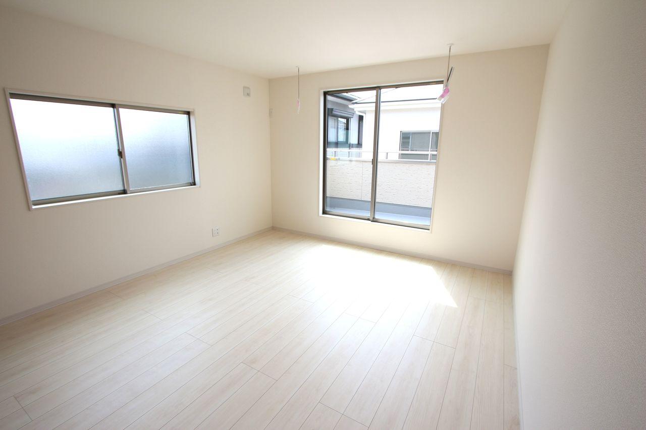10帖洋室は主寝室にぴったり! フローリング貼でお掃除楽々。