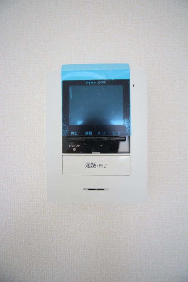 モニター付きインターホンを設置。 来訪者の顔を見ながら対応できるので、お子様の留守番時でも安心です