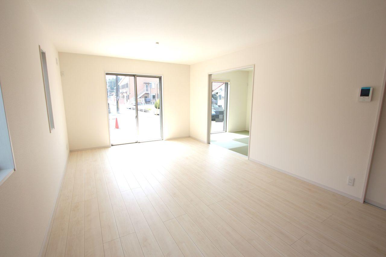 和室と合わせて24帖の大きな空間!! 大勢のお客様がいらしてもゆったりおくつろぎ頂けます。