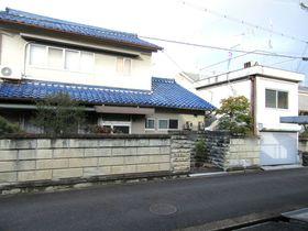 【外観写真】 建物は取り壊し、更地にしてお引渡し致します。 間口も約15mと広い整形地です。 岡寺駅まで徒歩3分。 幼稚園や小学校も近く便利な立地です。