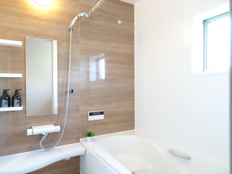 浴室暖房乾燥機付きの浴室は、半身浴のできる浴槽を採用しているのでお子様も安心して入浴出来ます。