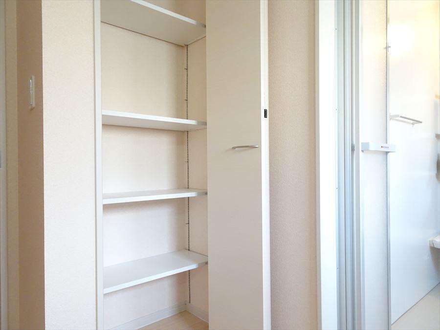 洗面室には、天井までの可動棚が設置してあるのでタオルや着替えなどを置くのに便利!