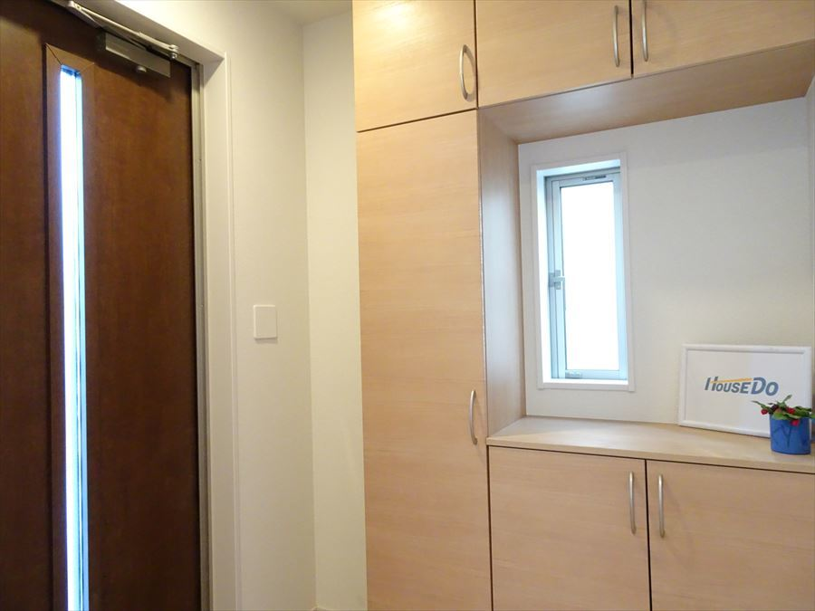 玄関は、シューズボックス完備! 小窓から明かりが入り棚の上にはお好みのインテリアを飾ってお出迎え♪