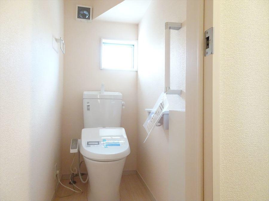 1階、2階とも温水洗浄便座のトイレになっています。小物収納もあり、掃除グッズを入れておけます。
