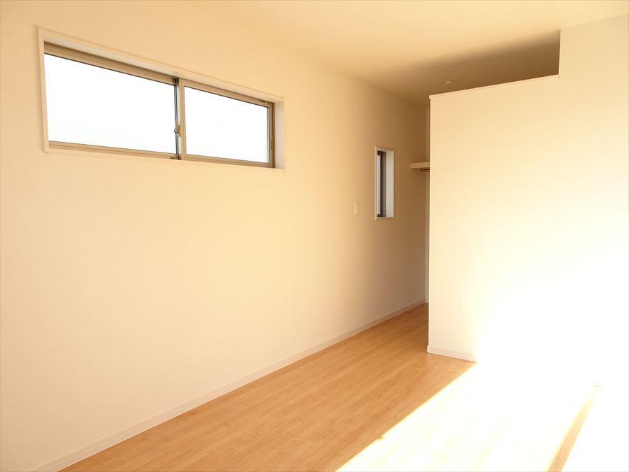 8帖洋室。バルコニーに面しているので明るい居室です。