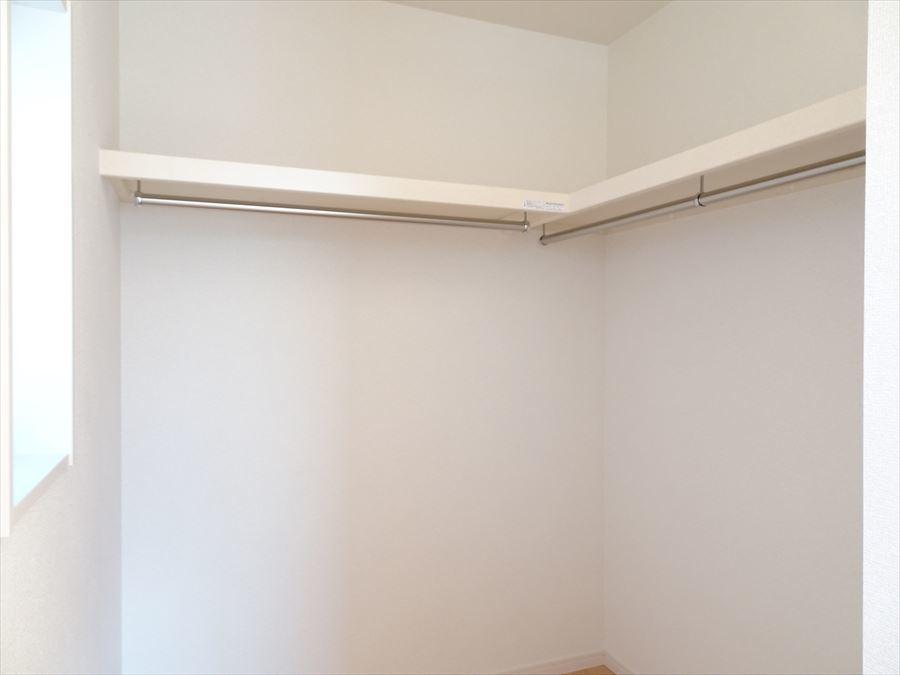 8帖洋室のウォークインクローゼット。L字型の構造なので服の出し入れがしやすいですね。