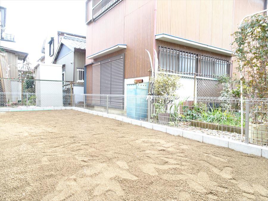 南側の庭です。植栽したり、お花を植えてガーデニングを楽しむこともできますね。